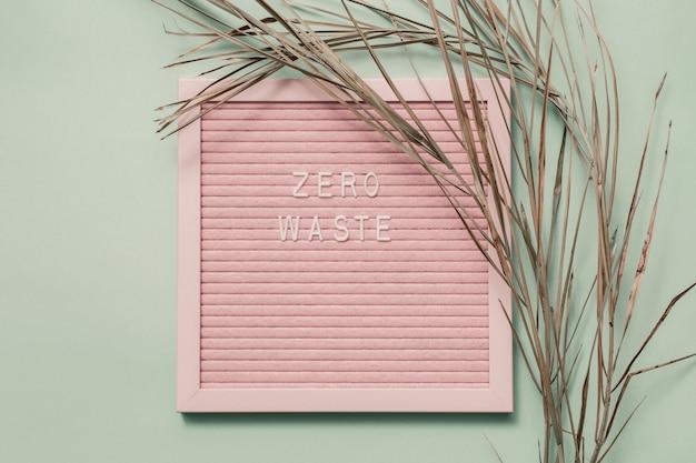 Texte blanc zéro déchet sur papier recyclé. concept de recyclage des déchets eco
