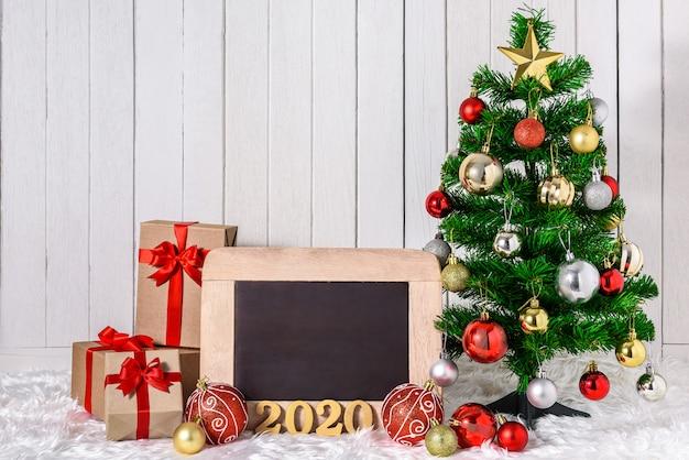 Texte en bois 2020 avec arbre de noël et ornements avec des coffrets cadeaux