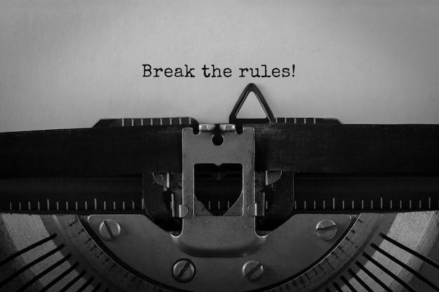 Texte brisez les règles tapées sur une machine à écrire rétro