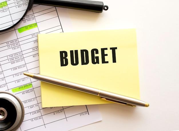 Texte budget sur un autocollant sur votre bureau