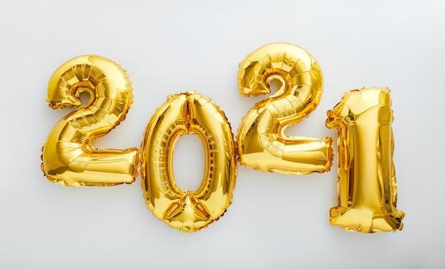 Texte de bulle 2021. invitation de bonne année avec des ballons de noël en feuille d'or 2021.