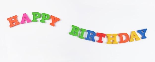 Texte coloré de joyeux anniversaire sur un blanc