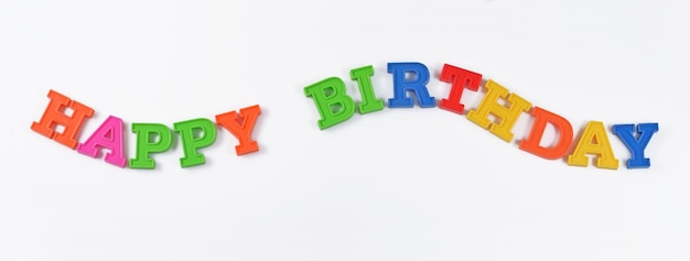 Texte coloré de joyeux anniversaire sur un fond blanc
