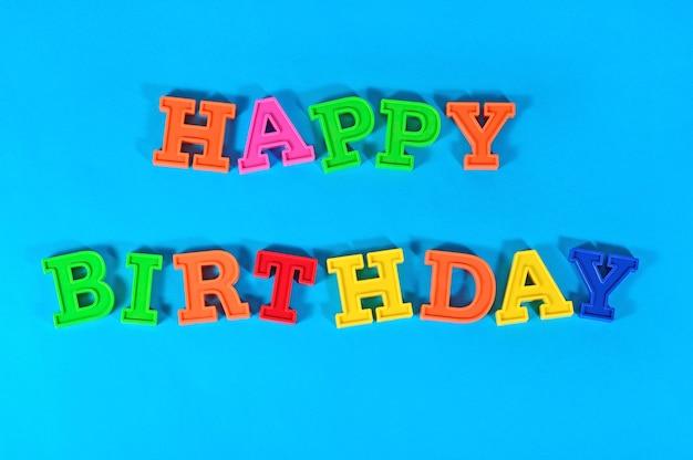 Texte coloré de joyeux anniversaire sur un fond bleu