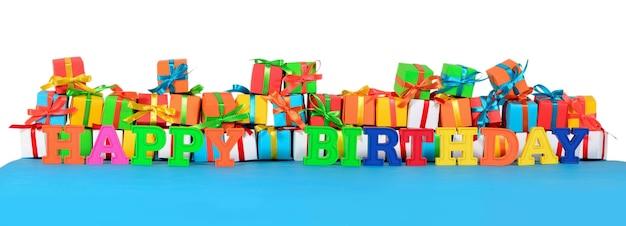 Texte coloré de joyeux anniversaire sur le fond des cadeaux multicolores