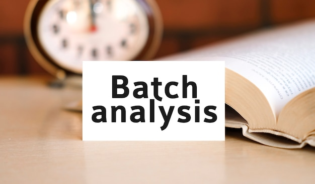 Texte de concept d'entreprise d'analyse par lots sur un livre blanc et horloge