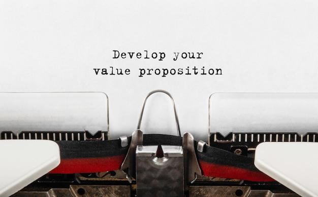 Texte développez votre proposition de valeur tapée sur une machine à écrire rétro