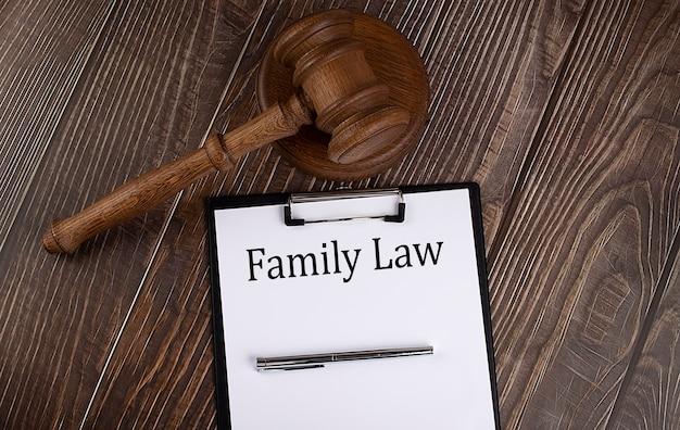 Texte de droit de la famille sur papier avec marteau sur le fond en bois