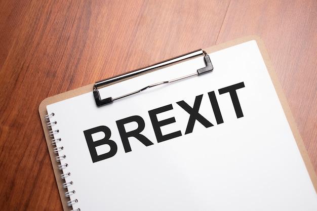 Texte du brexit sur du papier blanc sur la table en bois