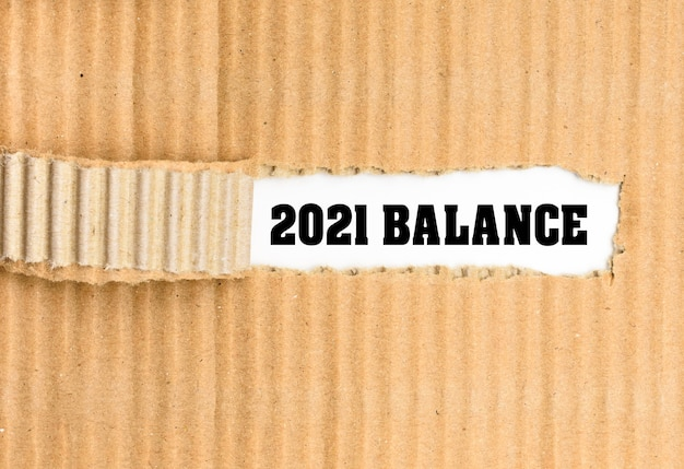 Texte du solde 2021, sur papier commercial ondulé déchiré.