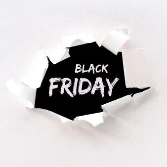 Texte du vendredi noir dans le trou de papier déchiré dans du papier blanc