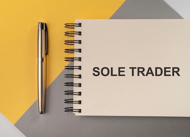 Texte de l'entrepreneur unique sur le bloc-notes sur la vue de dessus de table