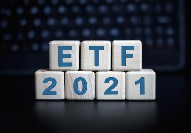 Texte de l'etf concept 2021 en cubes en bois sur un clavier noir.