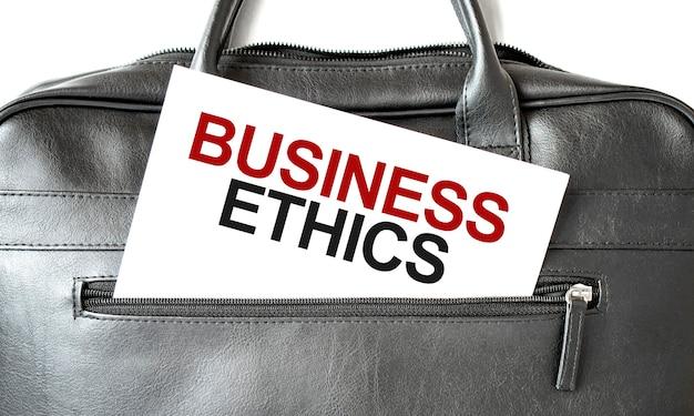 Texte éthique des affaires écrit sur du papier blanc merde dans le sac noir. concept d'entreprise