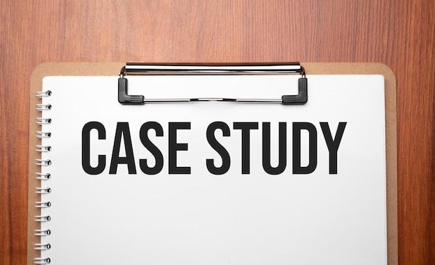 Texte d'étude de cas sur du papier blanc sur la table en bois