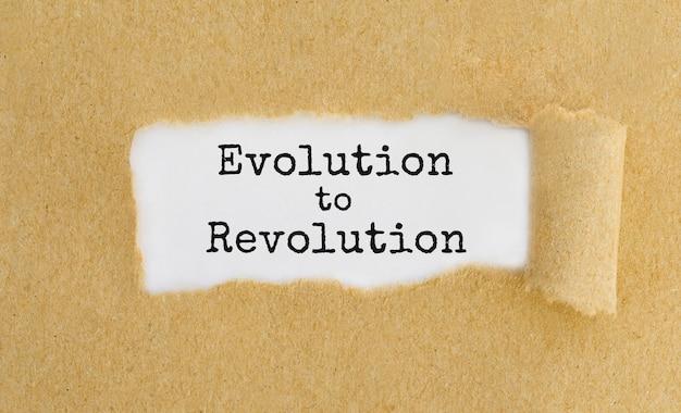 Texte evolution to revolution apparaissant derrière du papier brun déchiré.