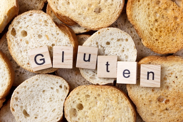 Texte de gluten sur de nombreux petits biscottes rondes. vue de dessus