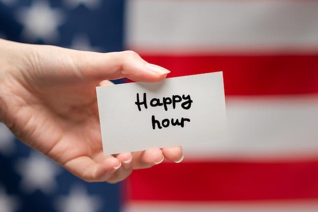 Texte de l'happy hour sur une carte. fond de drapeau américain.