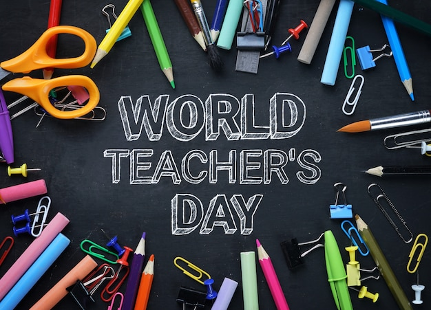 Texte de la journée mondiale des enseignants. school stationary top view sur tableau noir