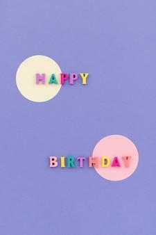 Texte de joyeux anniversaire à partir de lettres colorées en bois