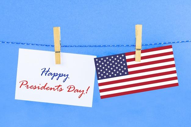 Le texte joyeux jour des présidents et un drapeau des états-unis.