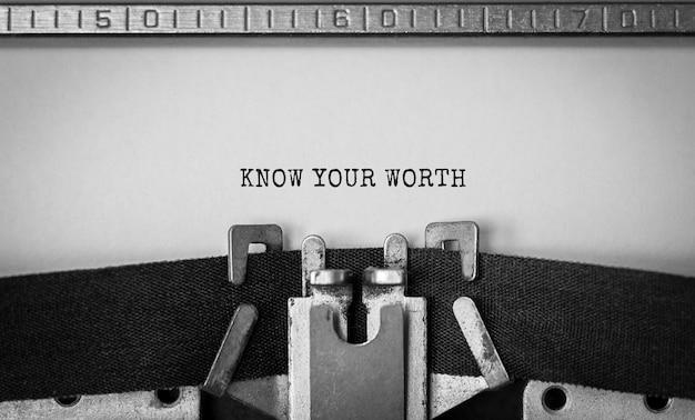 Texte know your worth tapé sur une machine à écrire rétro