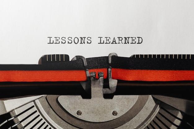 Texte leçons apprises tapé sur machine à écrire rétro