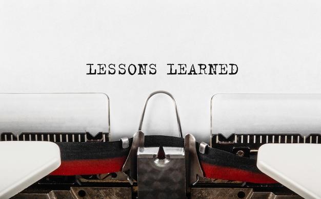 Texte leçons apprises tapé sur machine à écrire.