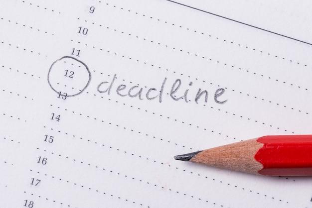 Texte manuscrit, date limite en organisateur de cahier, gestionnaire de temps