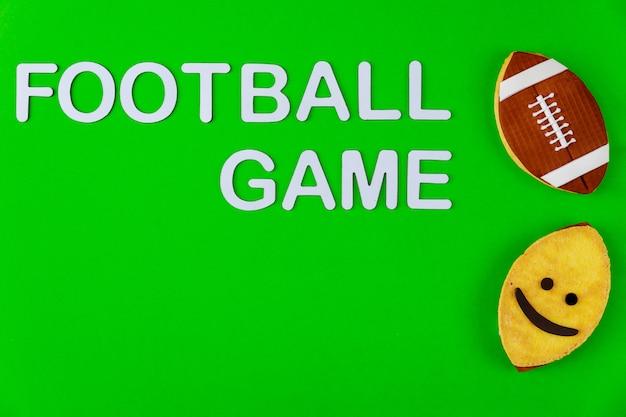 Texte de match de football avec des cookies comme ballon de rugby. jeu de sport américain.