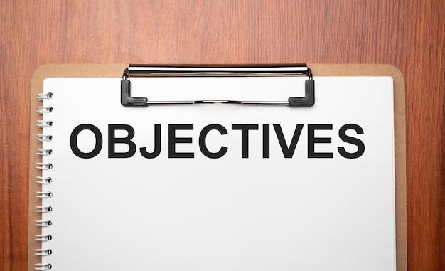 Texte d'objectifs sur du papier blanc sur la table en bois