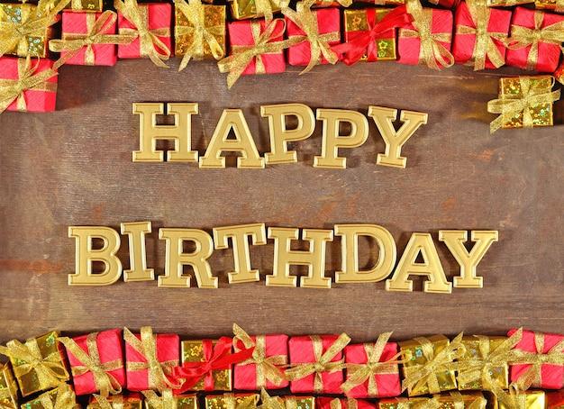 Texte d'or de joyeux anniversaire et cadeaux d'or et rouges