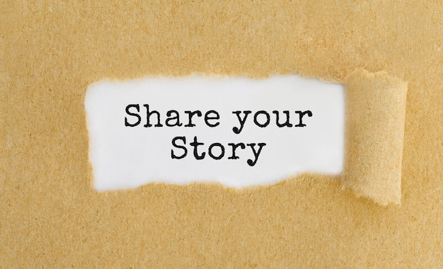Texte partagez votre histoire derrière du papier brun déchiré