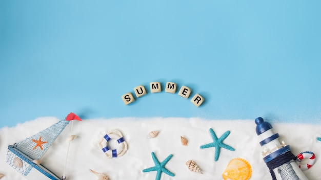 Texte pour l'été. vue de dessus de la décoration marine sur fond bleu. concept nautique.