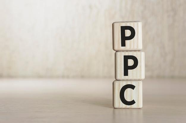 Texte ppc pay per click sur des blocs de bois.