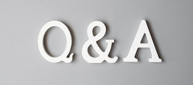 Texte q et a sur gris. faq (questions fréquemment posées), réponses, questions et questions, concepts d'information, de communication et de brainstorming