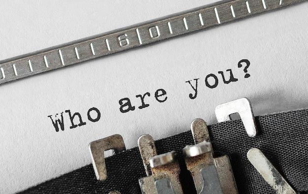 Texte qui êtes-vous tapé sur une machine à écrire rétro