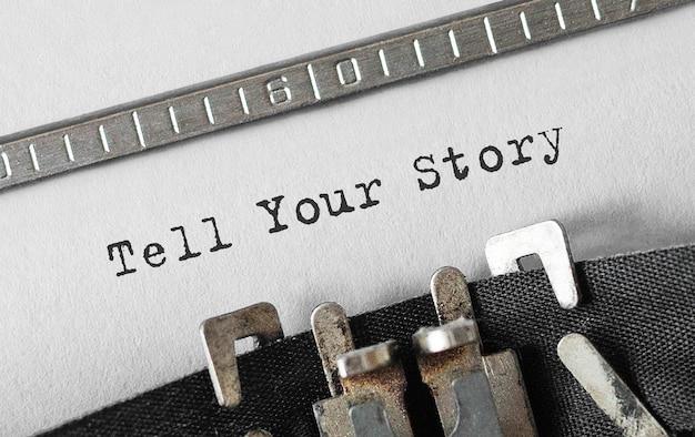 Texte racontez votre histoire tapé sur une machine à écrire rétro