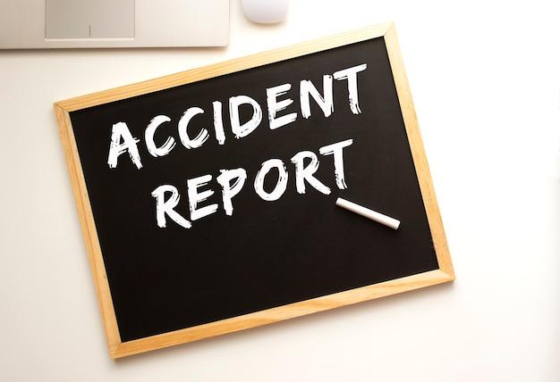 Texte rapport d'accident écrit à la craie sur une ardoise. bureau. concept d'entreprise.