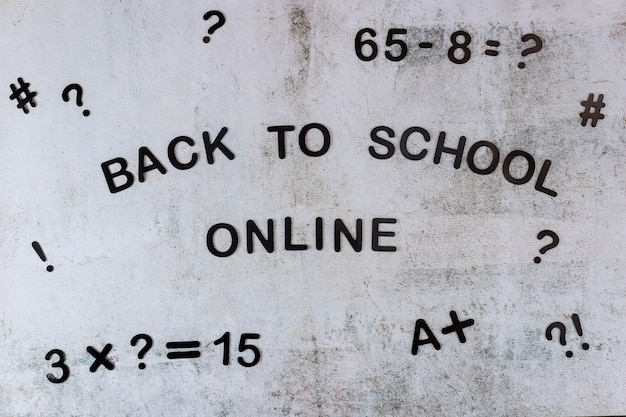 Texte de retour à l'école en ligne avec eguation sur tableau blanc. concept d'école.
