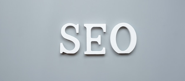 Texte seo (search engine optimization) sur fond gris. idée, vision, stratégie, analyse, mot-clé et concept de contenu