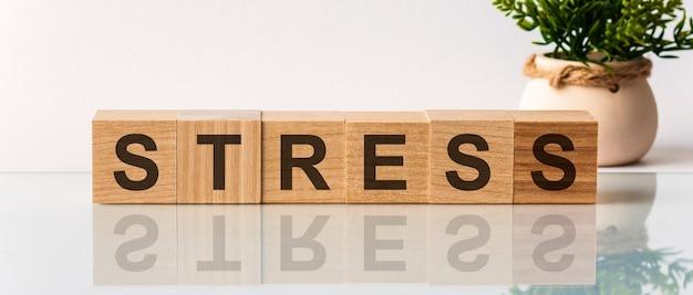Texte de stress sur des blocs de bois sur fond blanc. calme détendre le concept de santé.