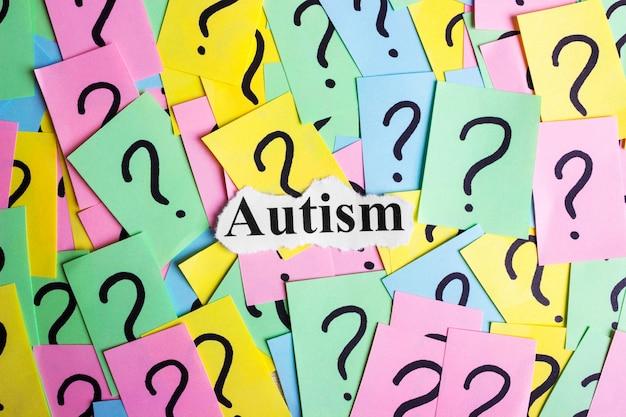 Texte sur le syndrome de l'autisme sur des notes autocollantes colorées