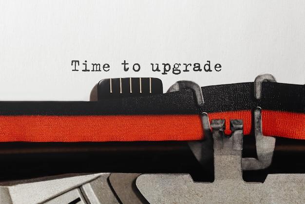 Texte temps de mise à niveau tapé sur une machine à écrire rétro