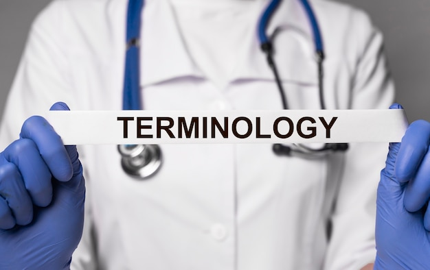 Texte de terminologie médicale dans le concept de glossaire de médecine de mains de docteur