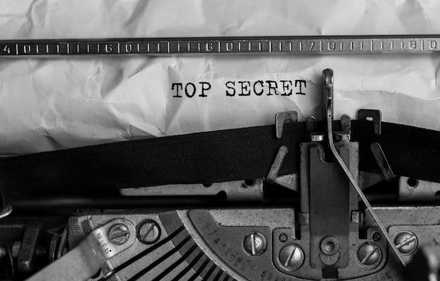 Texte top secret tapé sur une machine à écrire rétro
