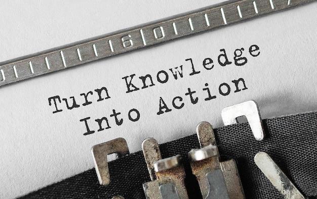 Texte transformez les connaissances en action tapé sur une machine à écrire rétro