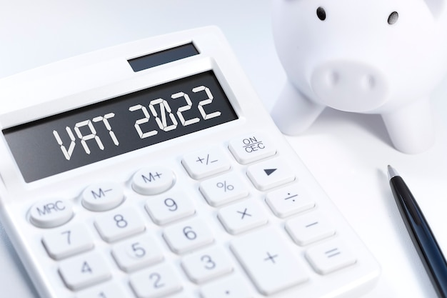 Texte tva 2022 - valeur - taxe ajoutée sur calculatrice, ordinateur portable, chatrs, graphiques. mise à plat d'affaires.