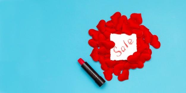 Texte de vente écrit en rouge à lèvres. bannière minimale de la saint-valentin