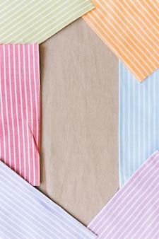 Textile de motif de différentes rayures colorées formant un cadre sur fond de texture de sac en tissu